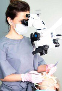 Лечение сложного зуба под микроскопом